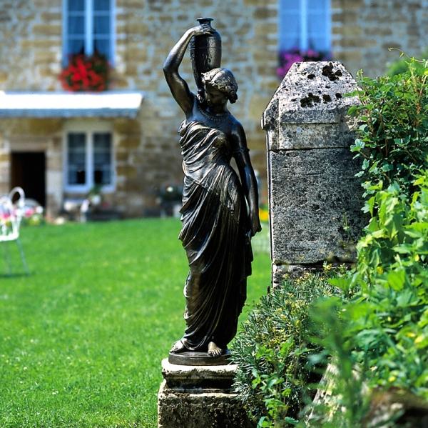30721-Eisenguss-Skulptur-Goettin-mit-Amphore