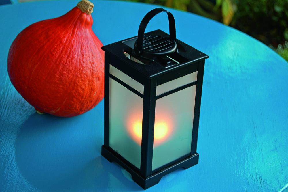 m ckenlaterne mit antim ckenmatte und kerzenlicht. Black Bedroom Furniture Sets. Home Design Ideas