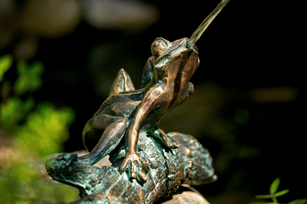 frosch auf baumstamm bronze skulptur wasserspeier woodsteel sch ne dinge f r haus und garten. Black Bedroom Furniture Sets. Home Design Ideas
